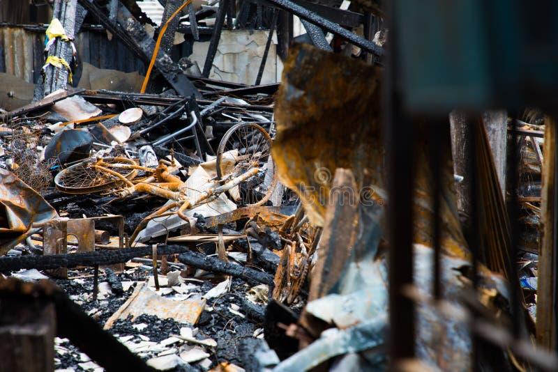 在被烧的镇的自行车在火以后和 库存照片