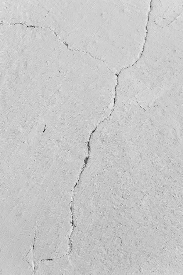 在被粉刷的墙壁的深裂缝 免版税库存照片