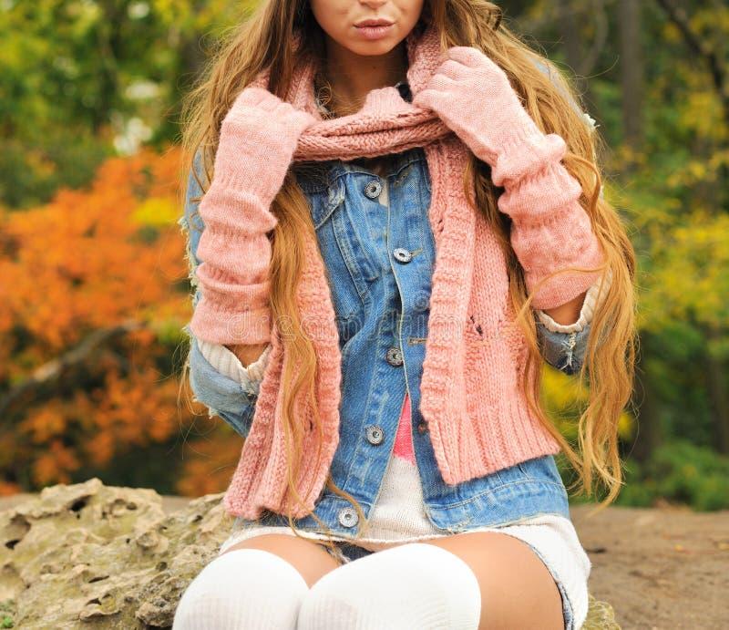 在被编织的秋天成套装备摆在了室外打扮的妇女-温暖的手套、围巾和被编织的袜子 库存照片