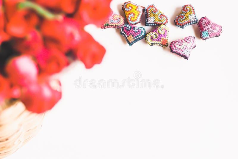 在被编织的竹篮子和手工制造心脏,情人节背景,婚礼那天的玫瑰 免版税库存照片