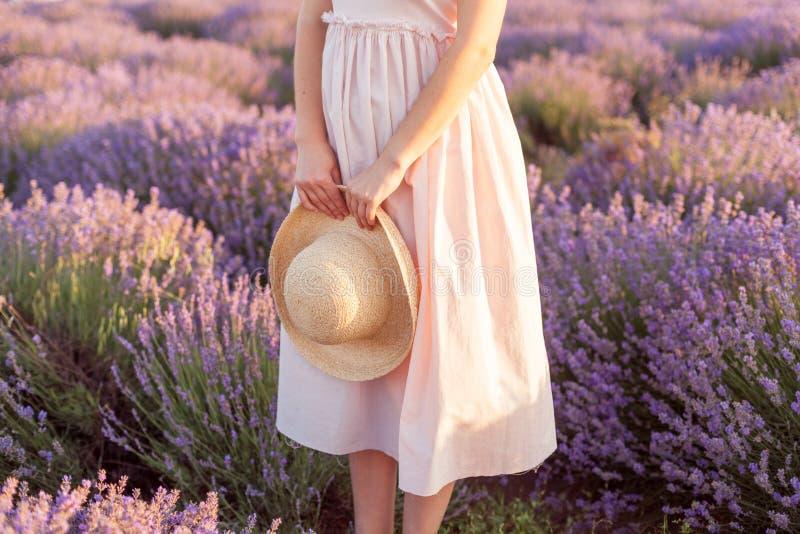 在被编织的帽子浅顶软呢帽的淡紫色花束 库存照片
