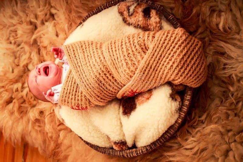 Download 在被编织的围巾啼声盖的新出生的婴孩 库存照片. 图片 包括有 少许, 逗人喜爱, 敬慕, 健康, 童年, 编织 - 59107314