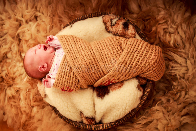 Download 在被编织的围巾啼声盖的新出生的婴孩 库存照片. 图片 包括有 平安, 特写镜头, 童年, 敬慕, 盖子, 逗人喜爱 - 59107320