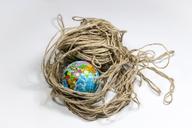 在被缠结的制绳的线的地球地球 免版税库存图片