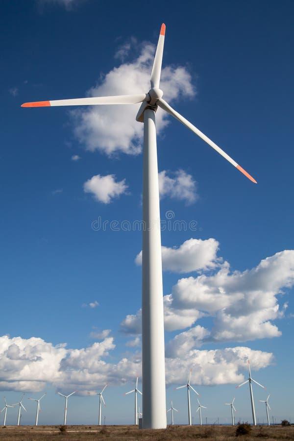 在被覆盖的天空的风轮机农场 免版税库存图片