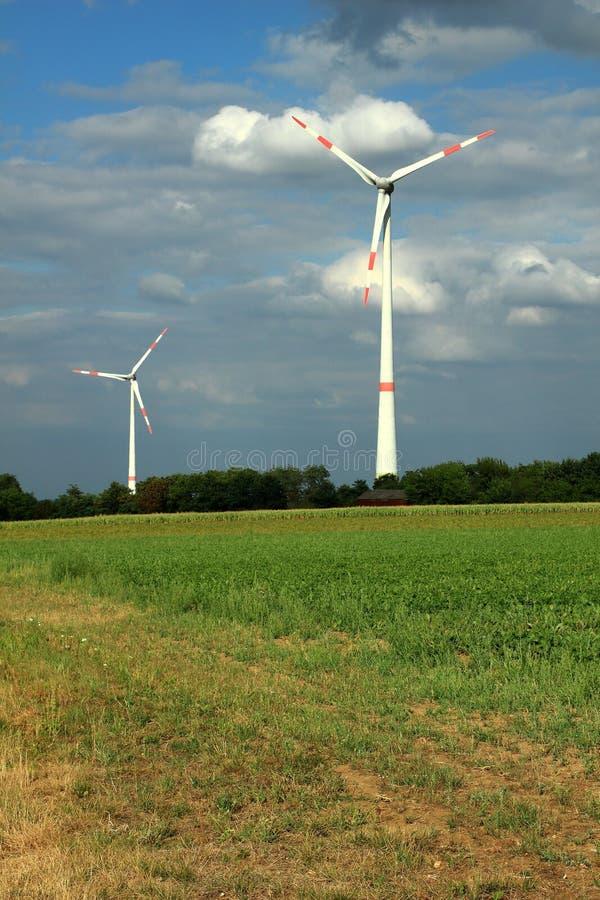 在被覆盖的天空的风轮机 免版税图库摄影