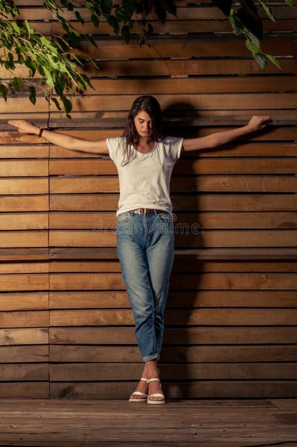 在被迫害的位置的Beautful女性模型 免版税图库摄影