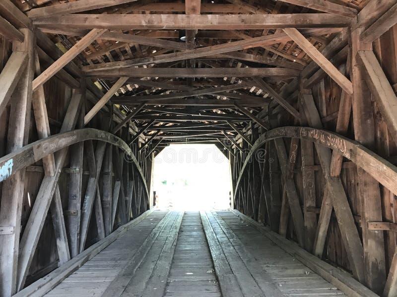 在被遮盖的桥的曲拱 免版税库存照片