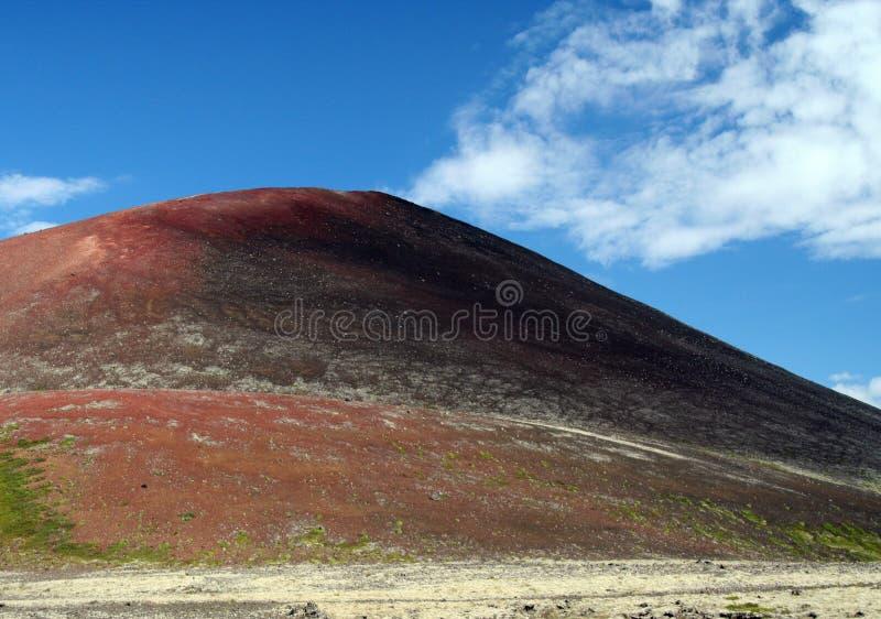 在被隔绝的土坎的看法贫瘠干燥红色和绿色 库存图片