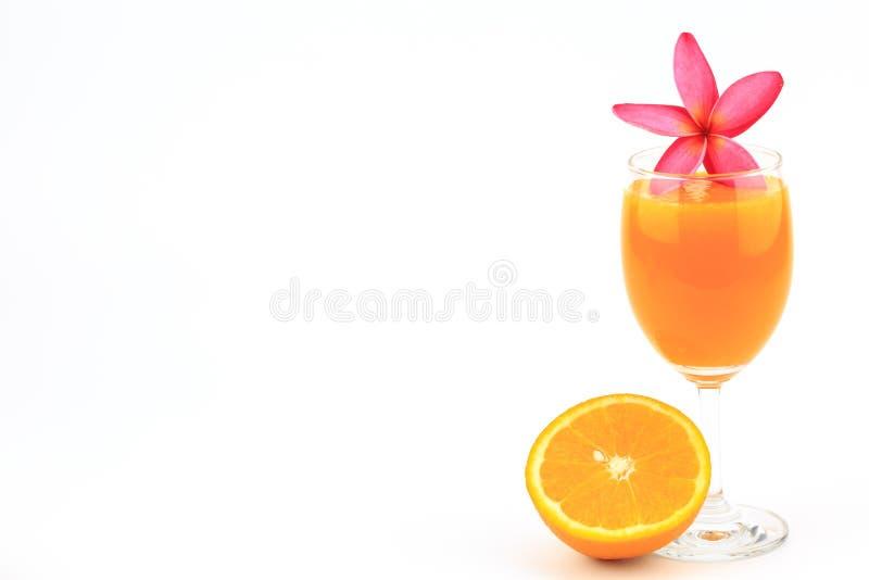 在被隔绝的玻璃和花的橙汁 库存照片