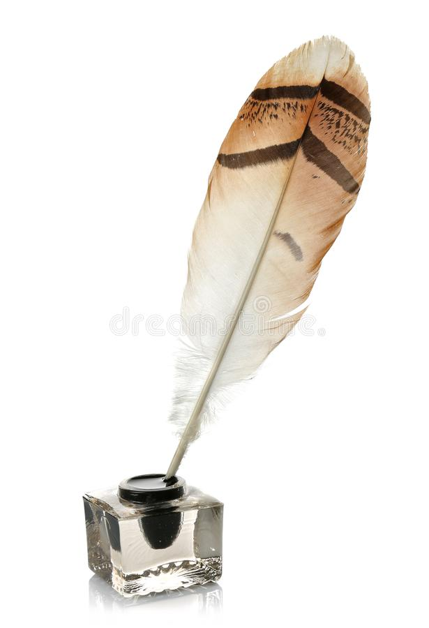 在被隔绝的玻璃墨水池的羽毛笔 免版税库存照片