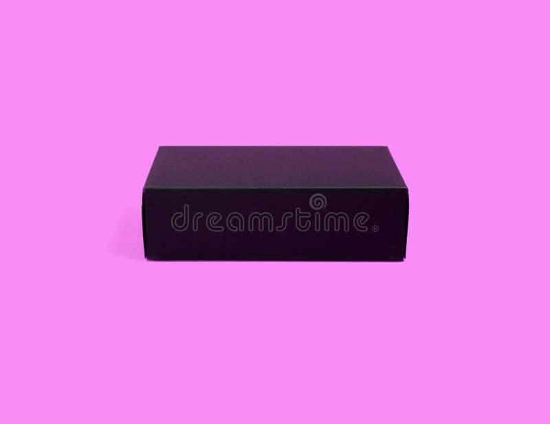 在被隔绝的紫色背景的黑匣子 免版税库存图片