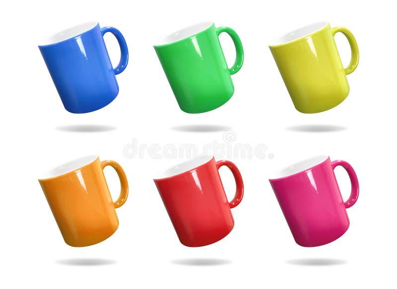 在被隔绝的背景的五颜六色的杯子与裁减路线 蒙太奇或设计的陶瓷咖啡杯 向量例证