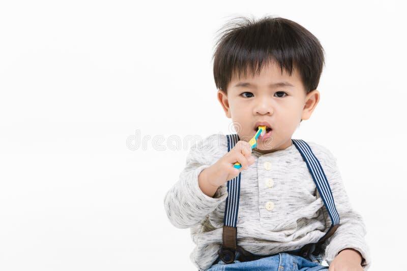 在被隔绝的背景的亚洲孩子 免版税库存图片