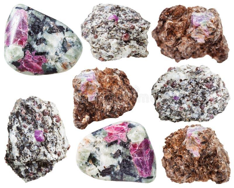 在被隔绝的岩石的各种各样的刚玉水晶 免版税库存照片