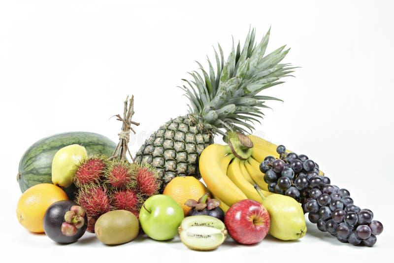 在被隔绝的白色背景的新鲜的各种各样的果子 免版税图库摄影