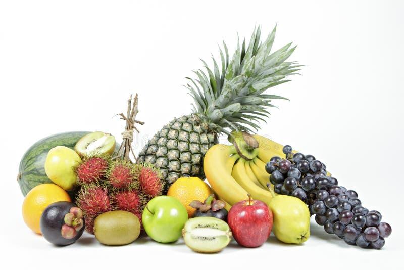 在被隔绝的白色背景的新鲜的各种各样的果子 免版税库存图片