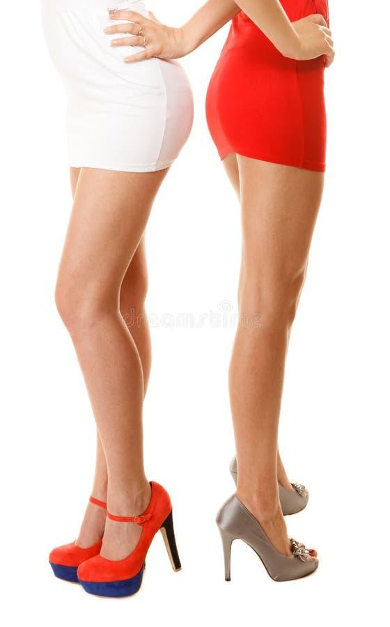 在被隔绝的高跟鞋的性感的女性腿 婴孩背景机体现有量一点在部分白色 库存照片
