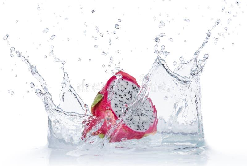 在被隔绝的水飞溅的龙果子 免版税图库摄影