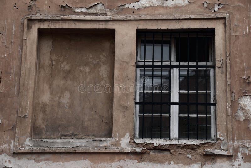 在被风化的墙壁的一个窗口 免版税库存图片