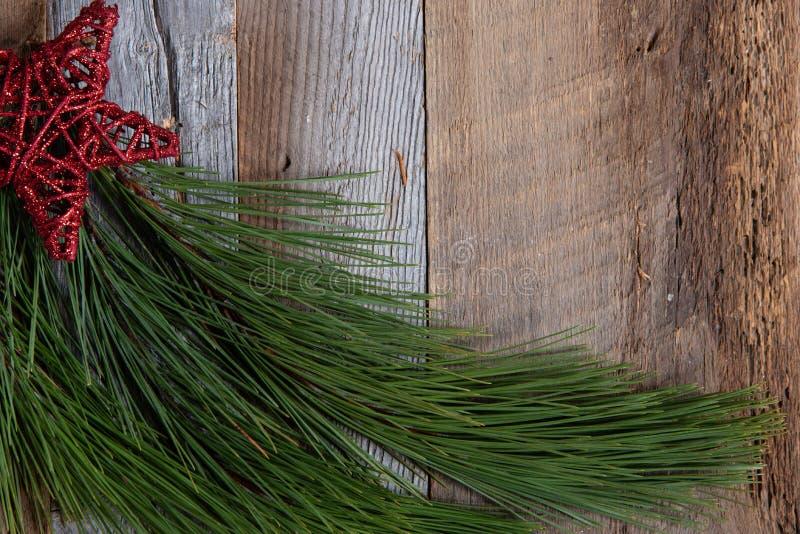 在被风化的木头的地道和土气圣诞节假日装饰 图库摄影