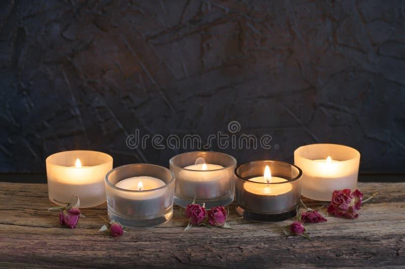在被风化的木头的灼烧的蜡烛 图库摄影