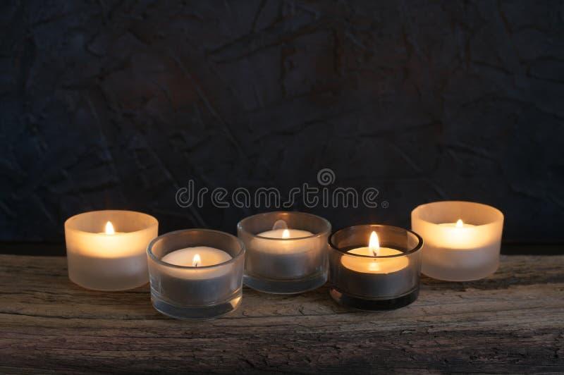 在被风化的木头的灼烧的蜡烛 免版税图库摄影
