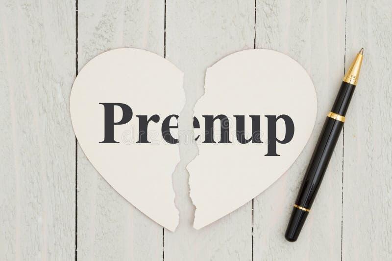 在被风化的木背景的心脏形状卡片与文本Prenup 库存图片