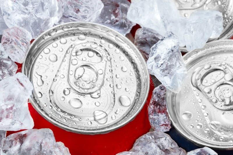 在被击碎的冰的饮料罐头 库存照片