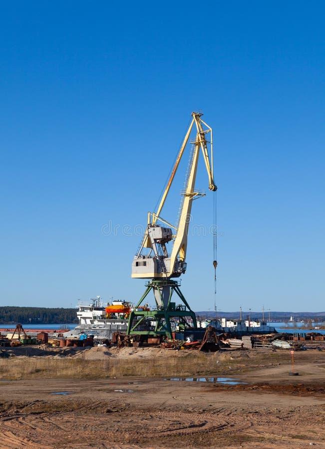 在装载和卸载板台的机械和铲车口岸的起重机在一个晴朗的夏日 库存照片