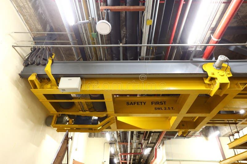 在装载在buil里面的重的机器的货架的黄色电梯 库存照片