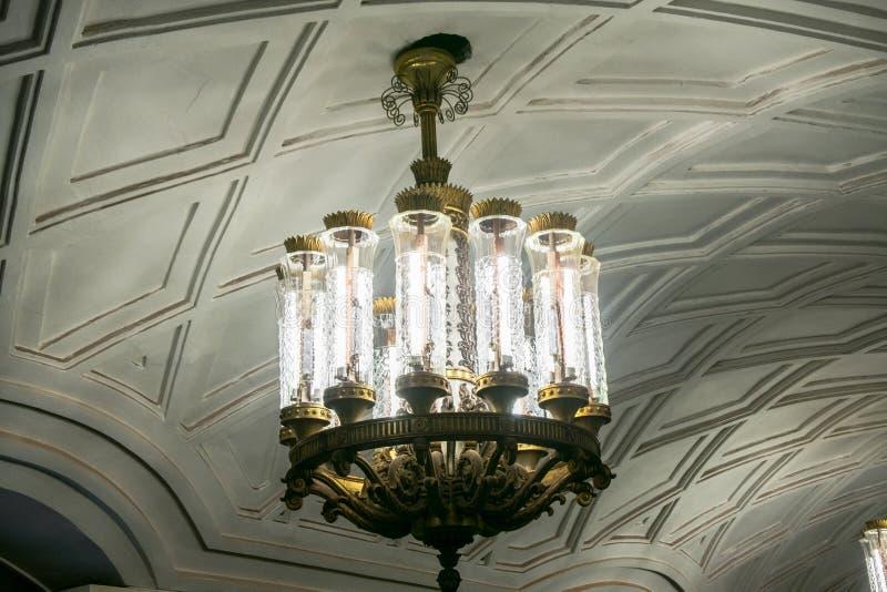在装饰物下的大豪华枝形吊灯成拱形天花板 免版税库存照片
