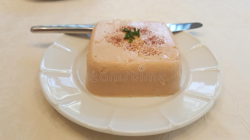 在装饰的板材的金枪鱼奶油甜点 库存照片