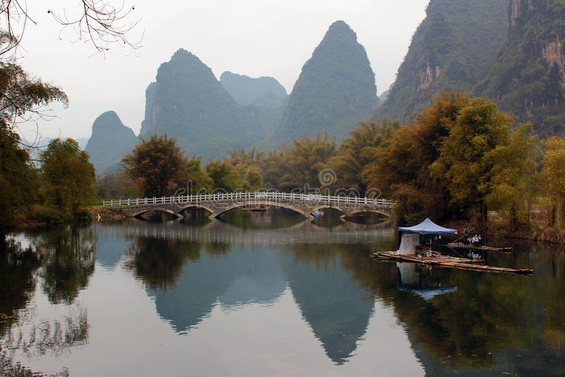 在裕隆河的竹木筏在阳朔镇附近在中国 免版税图库摄影