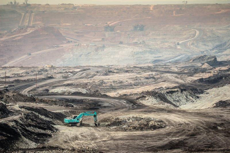 在褐煤露天矿的挖掘机 免版税库存照片