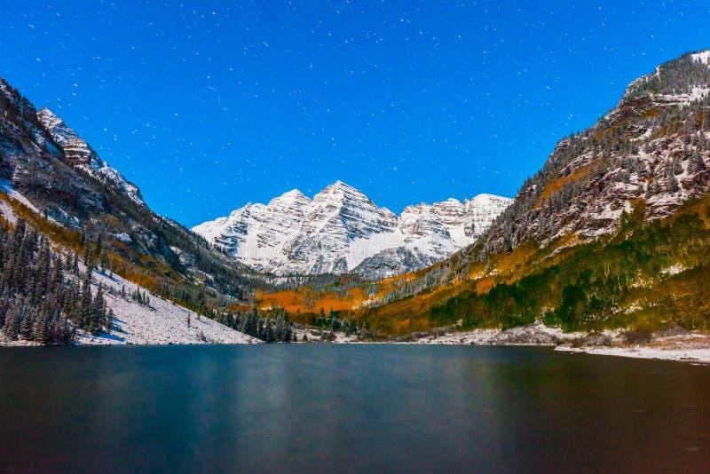 在褐红的湖的秋天颜色在雪以后的晚上在亚斯本,科罗拉多 免版税库存图片