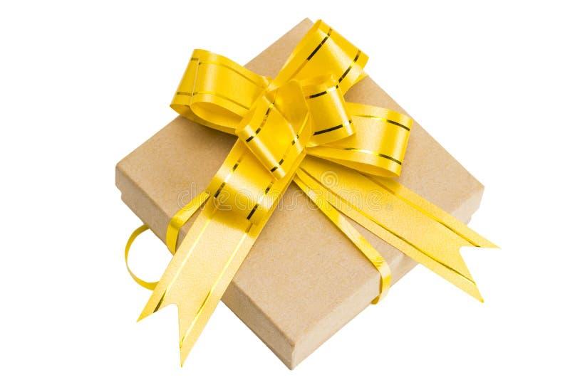 在褐色包裹的礼物盒回收了与丝带弓上面的纸竞争 免版税库存照片