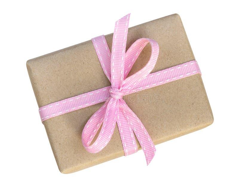 在褐色包裹的礼物盒回收了与桃红色丝带名列前茅vi的纸 免版税图库摄影