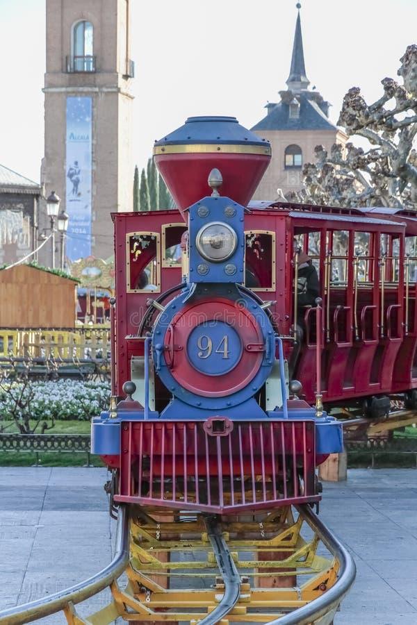 在西万提斯广场的吸引力火车在alcala de henares  库存图片