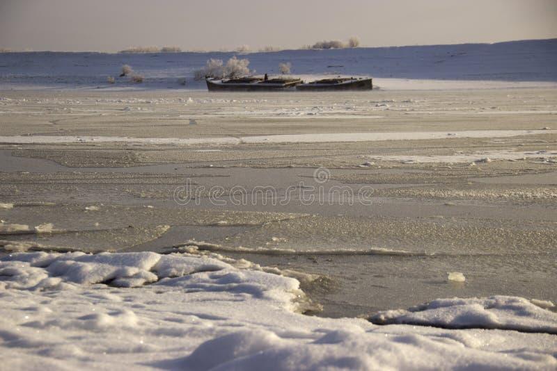 在西伯利亚河冷冻了水 免版税库存照片