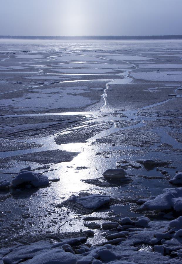 在西伯利亚河冷冻了水 库存图片