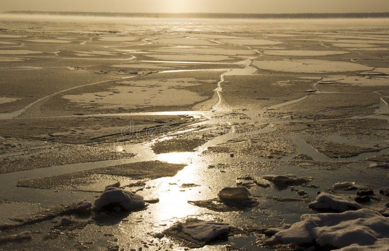 在西伯利亚河冷冻了水 图库摄影