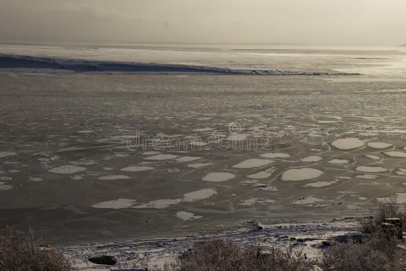 在西伯利亚河冷冻了水 免版税图库摄影