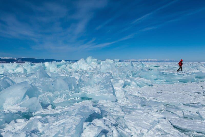 在西伯利亚,俄罗斯冰冻Baikal湖的小丘 免版税库存图片