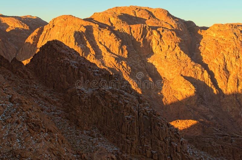 在西奈山登上Horeb,Gabal芭蕉科,摩西登上的令人惊讶的日出 从山的美丽的景色 库存照片