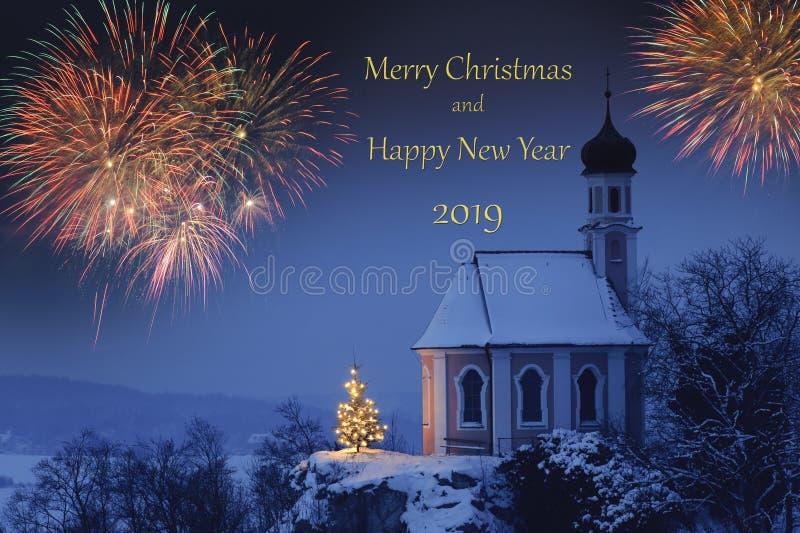 在西尔维斯特的烟花和新年在浪漫教堂的` s天2019年 免版税库存照片