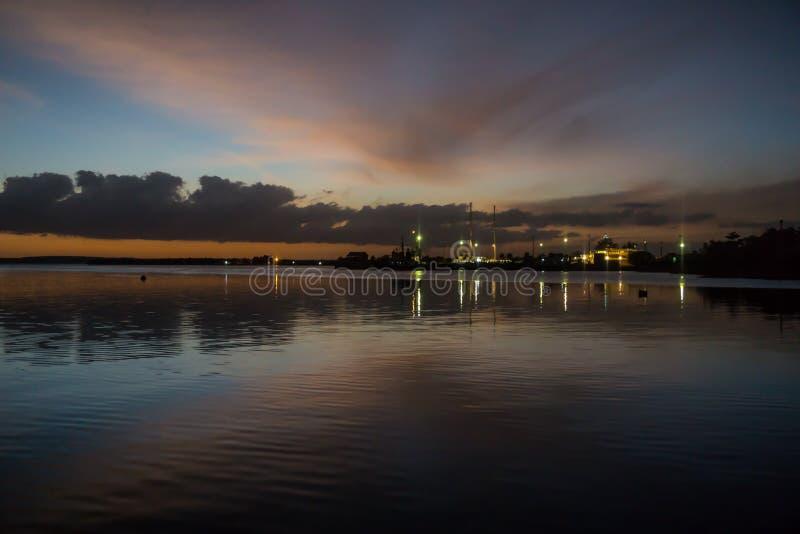 在西恩富戈斯,古巴港期间日落的艺术性的夜视图  库存图片