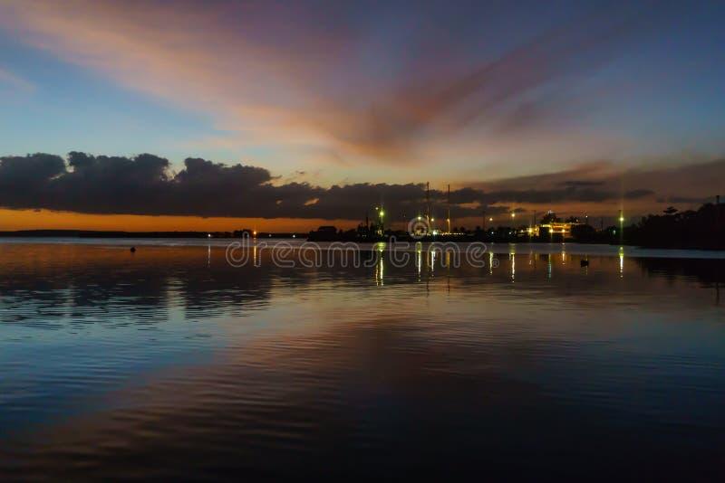 在西恩富戈斯,古巴港期间日落的艺术性的夜视图  库存照片