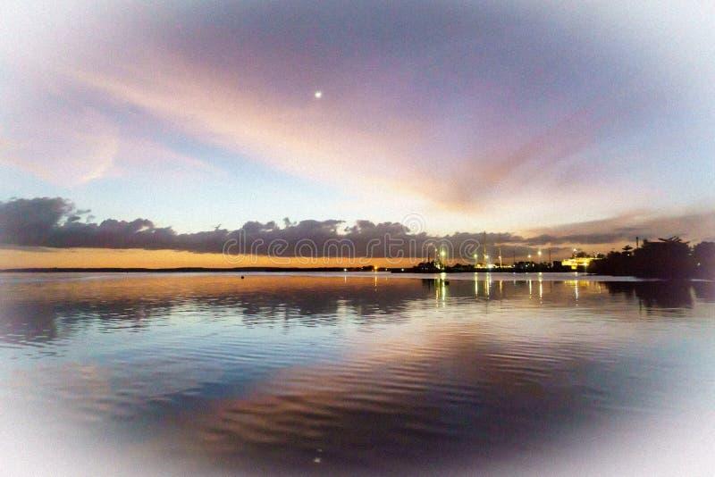 在西恩富戈斯,古巴港期间日落的艺术性的夜视图  免版税库存图片