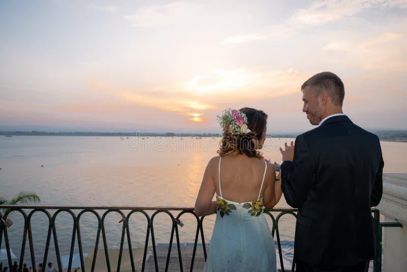 在西拉库萨口岸的年轻夫妇,在西西里岛 免版税库存照片